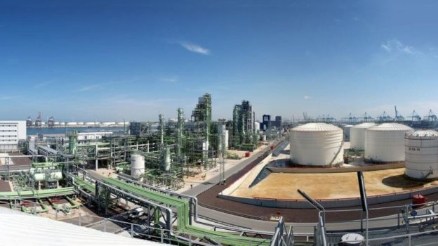 Green hydrogen for renewable products refinery in Rotterdam